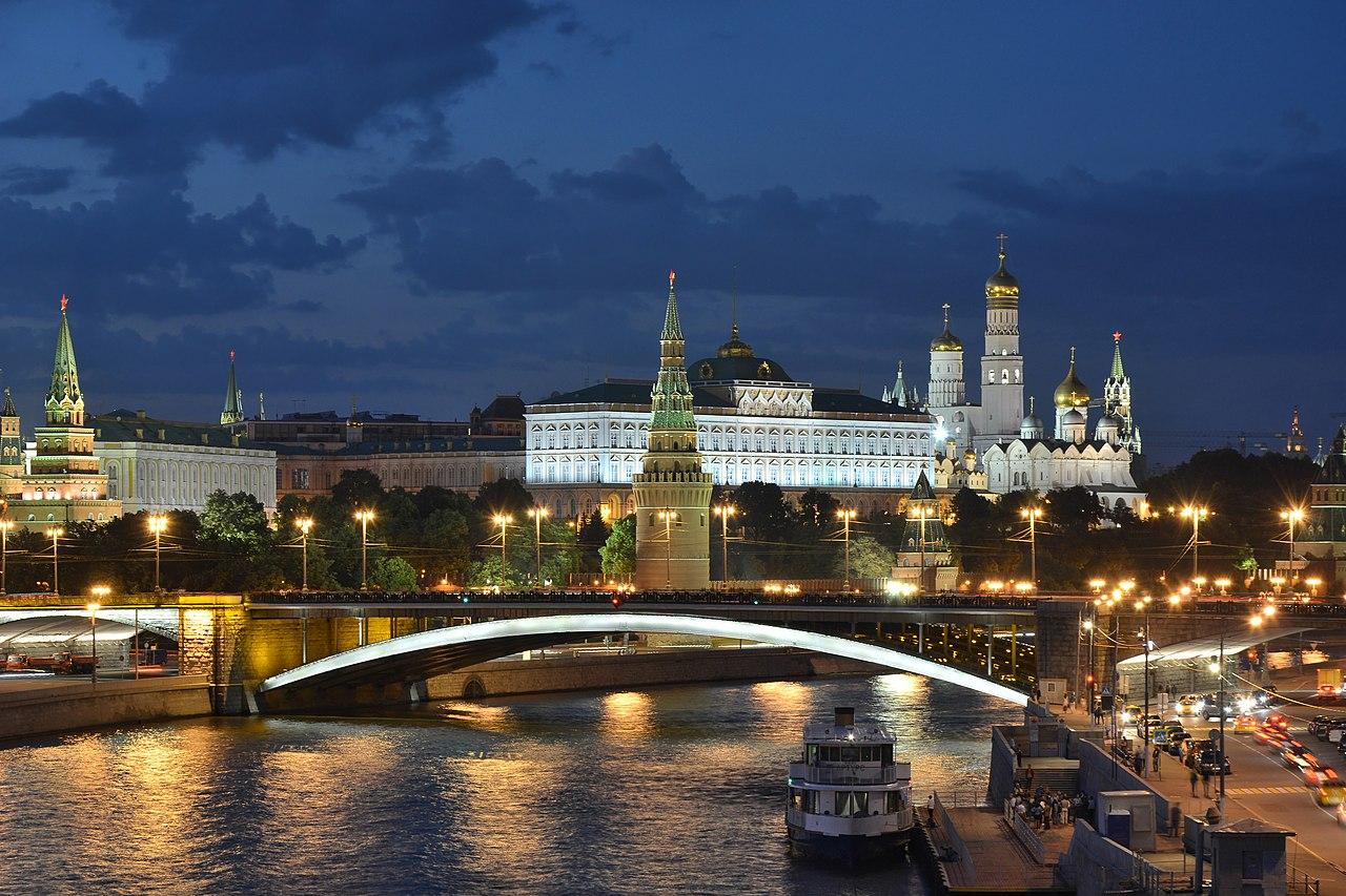 Moscow Kremlin and Bolshoy Kamenny Bridge late evening 01.JPG