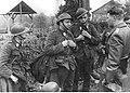 Niemiecki oficer przesłuchuje trzech belgijskich jeńców (2-296).jpg
