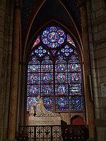 Notre-Dame de Paris - Glasfenster und Steinstatue.jpg