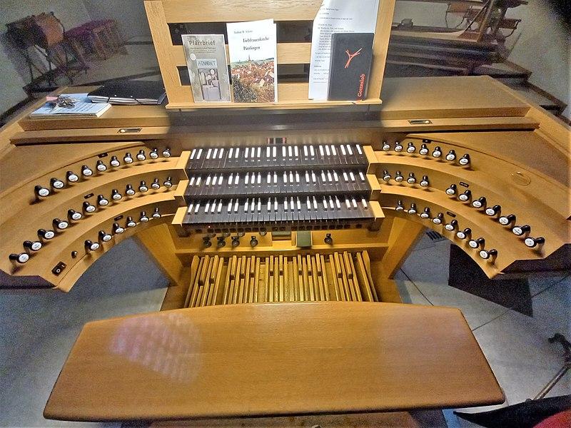 Datei:Püttlingen, Liebfrauenkirche (Haerpfer-Orgel, Spieltisch) (2).jpg