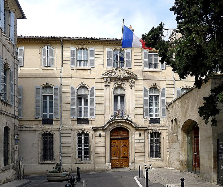 File:P1010721 Arles rue de la Calade Hotel de Courtois MH reductwk.JPG
