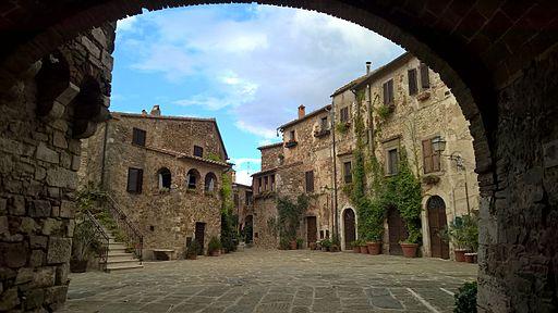 Piazza Castello a Montemerano (GR)