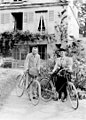 Pierre et Marie Curie devant leur maison de Sceaux en 1895.jpg