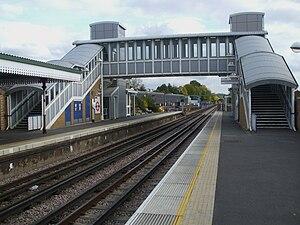 Pinner tube station - Image: Pinner station look east 2