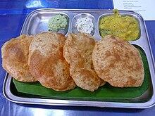 Puri indiani con varie salse di accompagnamento.