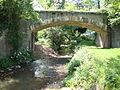 Pouilly-sous-Charlieu (Loire, Fr) hameau Rajasse, le Jarnossin avec un pont.JPG