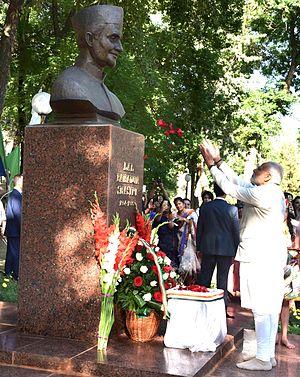 Lal Bahadur Shastri - Prime Minister Narendra Modi pays tribute to the bust of Shastri in Tashkent