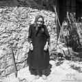 Pripovedovalka Frančiška Gradišar (83 let) ima zadaj zavezano ruto, Bavdki 1960.jpg