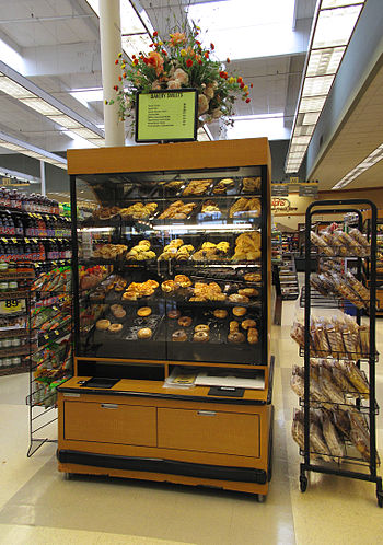 English: A bakery case at a Ralphs grocery sto...