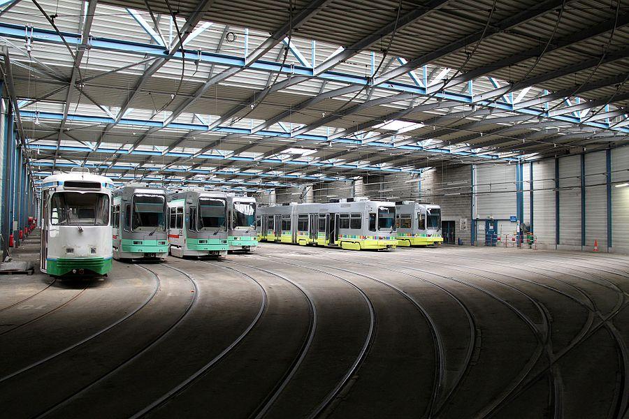 Trams van de STAS in het tramdepot van Saint-Étienne. Links op de foto een rij PCC-trams, die daar al jaren tevergeefs op kopers wachten.