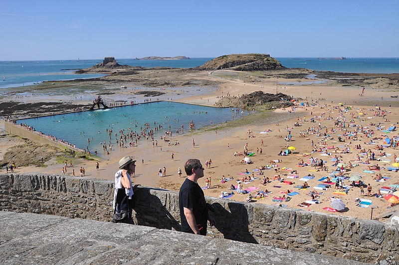 File:Saint-Malo (France), swimming pool on beach.JPG