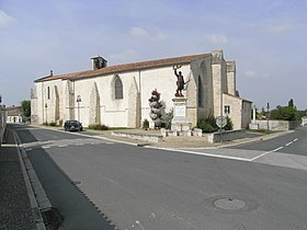 Église Saint-Laurent et monuments aux morts.