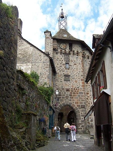 Villes et villages de charme du Cantal 450px-Salers_Beffroi