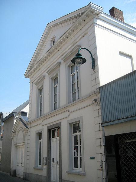 Dit neoclassicistische schoolgebouw aan de Schoolstraat in Lokeren werd in 1858 opgetrokken naar een ontwerp van stadsarchitect Jean Joseph Stevens. Het gebouw deed achtereenvolgens dienst als stedelijke lagere school, rijksmiddelbare meisjesschool, stedelijke kindertuin en basisschool (van het rijksonderwijs). In 1998 werd het schoolgebouw beschermd als monument.