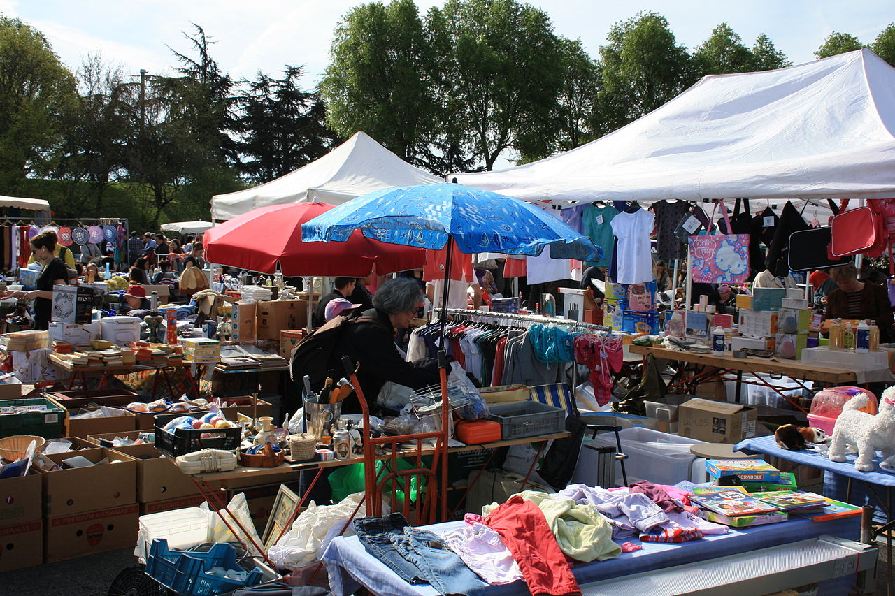 file second hand market in champigny sur marne wikimedia commons. Black Bedroom Furniture Sets. Home Design Ideas