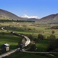 Sella di Corno - ferrovia Terni-Sulmona al km 150, automotrice ALn 776 e statale 17 (18000625280).jpg