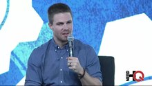 Datei:Stephen Amell about flashbacks of Arrow at NerdHQ 2014.webm
