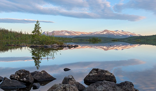 Stuor Dáhtá lake along the Kungsleden trail during golden hour in Kvikkjokk-Kabla fjällurskog (DSCF2557).jpg