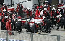 Ravitaillement et changement de pneumatiques pour Anthony Davidson au Grand Prix de Malaisie 2008.