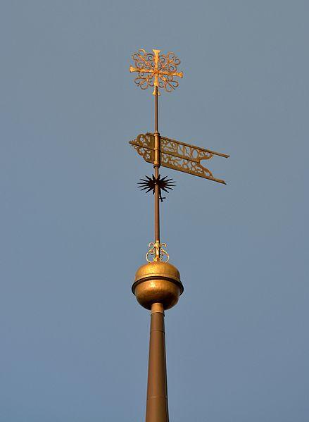 File:Tallinna Pühavaimu kirikutorni muna ja tuulelipp.jpg