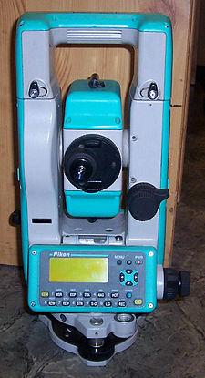 типичный современный электронный теодолит Nikon DTM-520