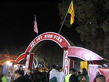 Arc rouge et blanc, avec message d'accueil en vietnamien
