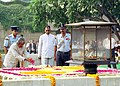 The President Dr. A.P.J. Abdul Kalam paying floral tributes at the Samadhi of Mahatma Gandhi at Rajghat in Delhi on October 2, 2004.jpg