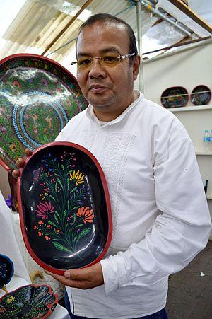 Mexican lacquerware - Artisan Juan Valencia Villalobos of Urupapan with a simple piece made with traditional techniques