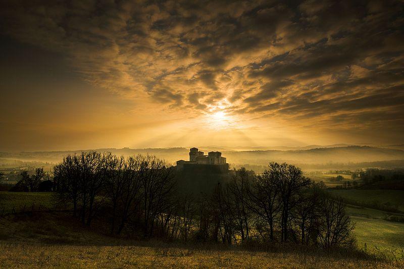 File:Torrechiara luci al tramonto.jpg