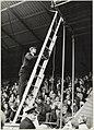 Trainer Barry Hughes van H.F.C. Haarlem beklimt een trap naar het T.V. platvorm ( symbolisch hij wil hogerop met zijn voetbalclub). NL-HlmNHA 54005061.JPG