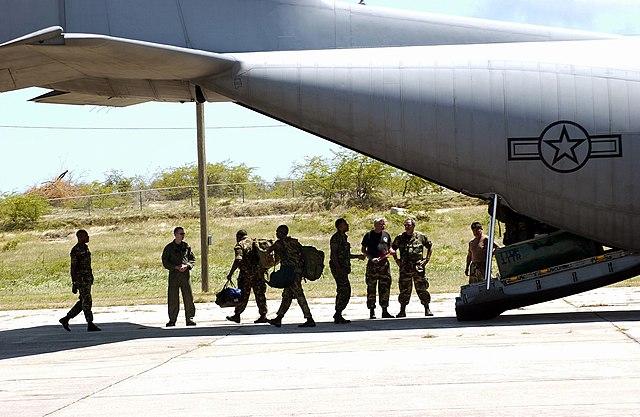 Armée de  la République de Trinité-et-Tobago /Republic of Trinidad and Tobago armed forces  640px-Trinidad_and_Tobago_Defence_Force_Offloading