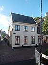 foto van Bakstenen huis met verdieping