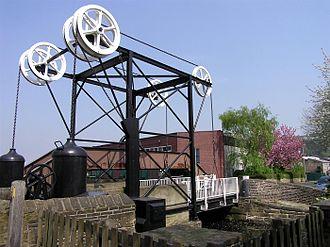 Windlass - Turnbridge windlass lifting road bridge over Huddersfield Broad Canal