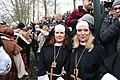 Twee vrolijke nonnen met een kruis tijdens het 1 april feest in Brielle.JPG