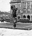 Városháza a Ferenc József téren Svetozar Miletics szobrával. Fortepan 8519.jpg