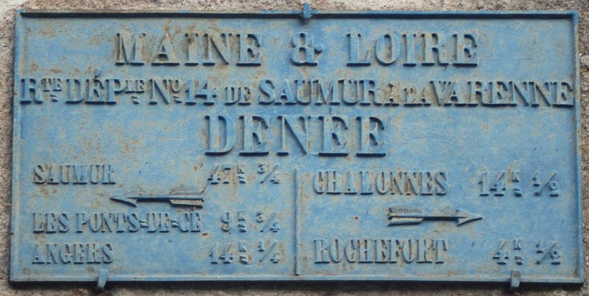 Plaque de direction routière, fonte, Fr-49-Denée.