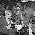 Wereld Dierendag 1965, de paarden krijgen eten bij Hilton-hotel van Ada Kok , de, Bestanddeelnr 918-2696.jpg
