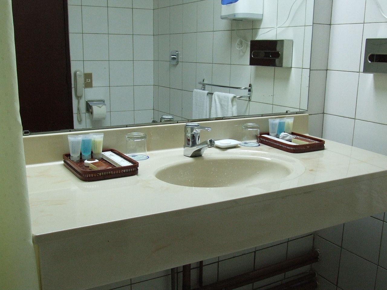 File:Yanggakdo International Hotel bathroom.JPG - Wikimedia Commons