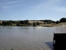 File:Zwei Leopard 2A5 beim durchqueren eines Gewässer.ogv