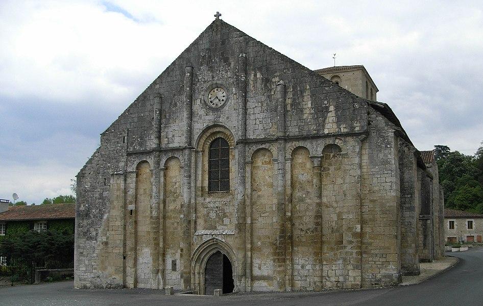 Église romane Saint-Nicolas à Cellefrouin en Charente (France).