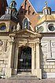 Краков. Замок Вавель. Вход в Кафедральный Собор. Слева часовня королей Ваза, справа часовня Сигизмунда (Kaplica Zygmuntowska) - panoramio.jpg
