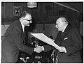 הנשיא זלמן שזר מעניק תעודת היצואן המצטיין לאויגן פרופר.jpg