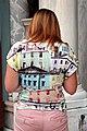 0 Venise, Dame portant un tee-shirt à motif architectural.JPG
