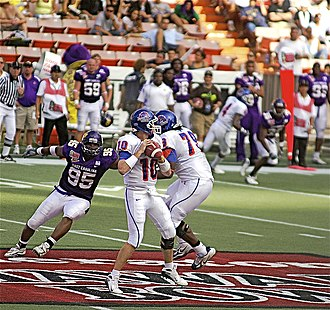 2007 Hawaii Bowl - Boise State quarterback Taylor Tharp drops back before passing the ball.