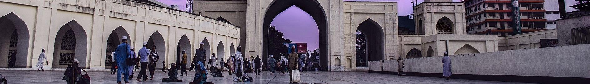 A portion of Baitul Mukarram (15282186851) (cropped).jpg