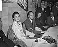 Aankomst Audrey Hepburn en Mell Ferrer op Schiphol, Bestanddeelnr 910-7161.jpg