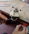 Abrasion à la toile émeri sur pièce en bronze tenue dans un étau de bijoutier - Mobilier national.jpg