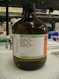 بطری 2/5 لیتری اسید استیک در آزمایشگاه