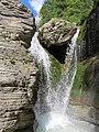 Acqua che scende a valle lungo le rocce stratificate.jpg