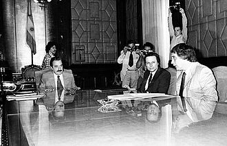 Saúl Ubaldini - Raúl Alfonsín (far left) and Saúl Ubaldini (far right) in 1984 at Casa Rosada